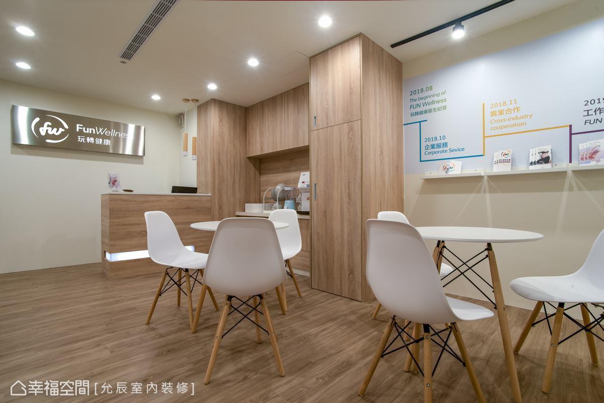 以同色系木紋的櫃體與地板,營造整體乾淨、明亮的現代風格。