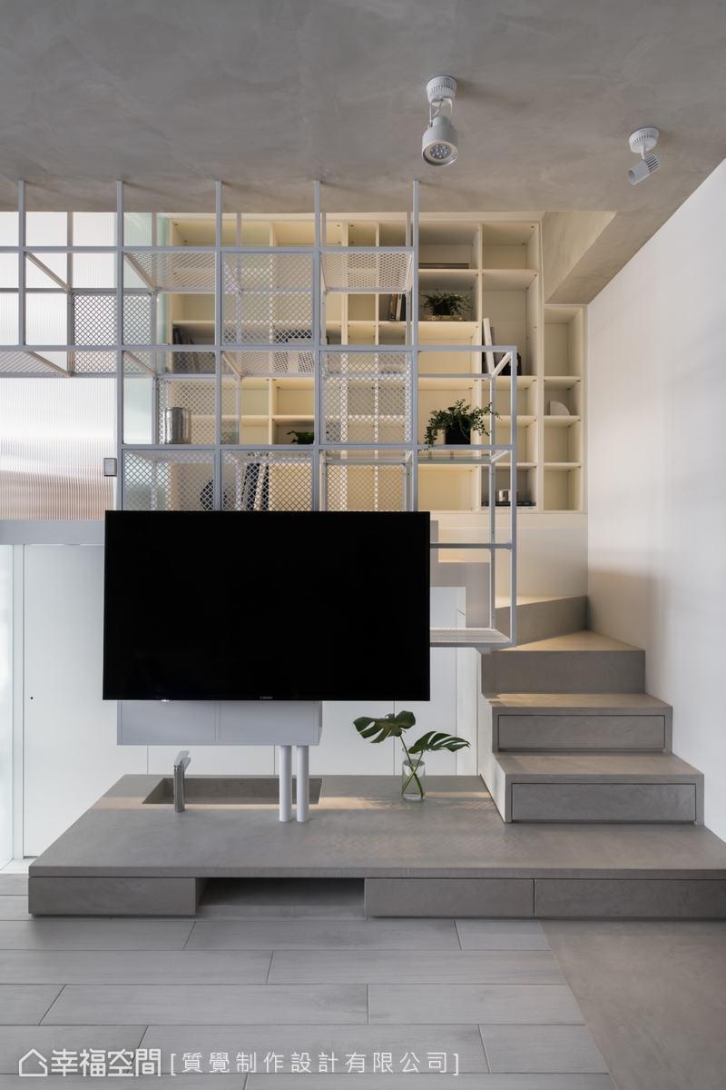 電視牆下方以架高的方式將機櫃隱藏於其中。另外,延伸至樓梯的抽屜式收納,讓機能更豐富。
