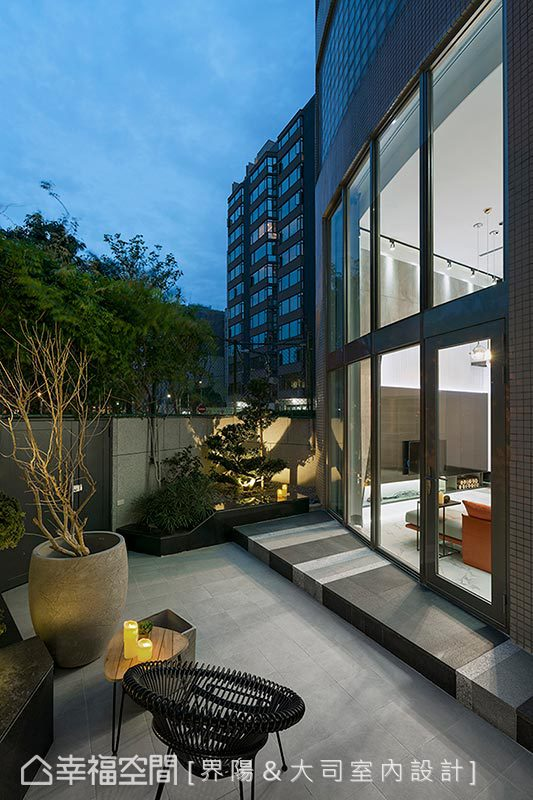 從庭院望入,高挑的落地窗及內部簡約明亮的設計感,令人彷彿有來到國外郊區別墅的錯覺。