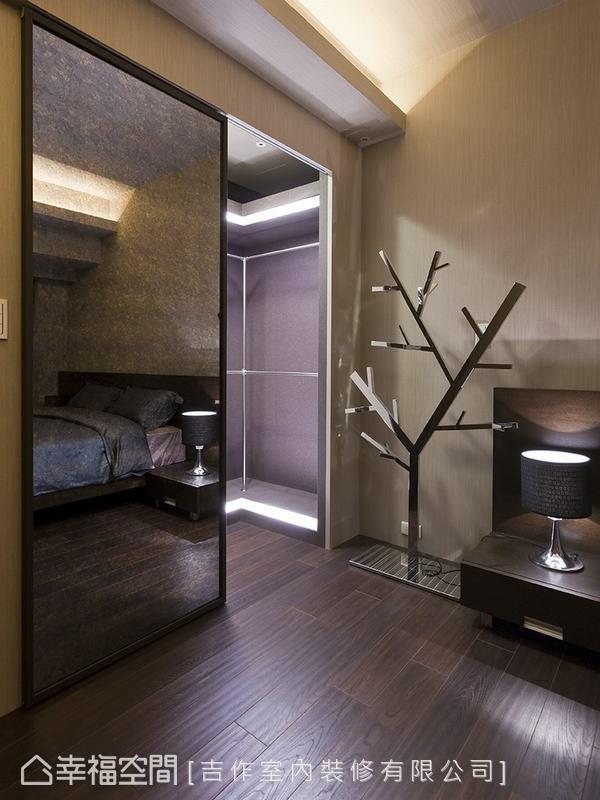 訂製的鐵件拉門亦為設計師劉嘉雯之巧思,小小改變便能營造全然不同的空間調性。