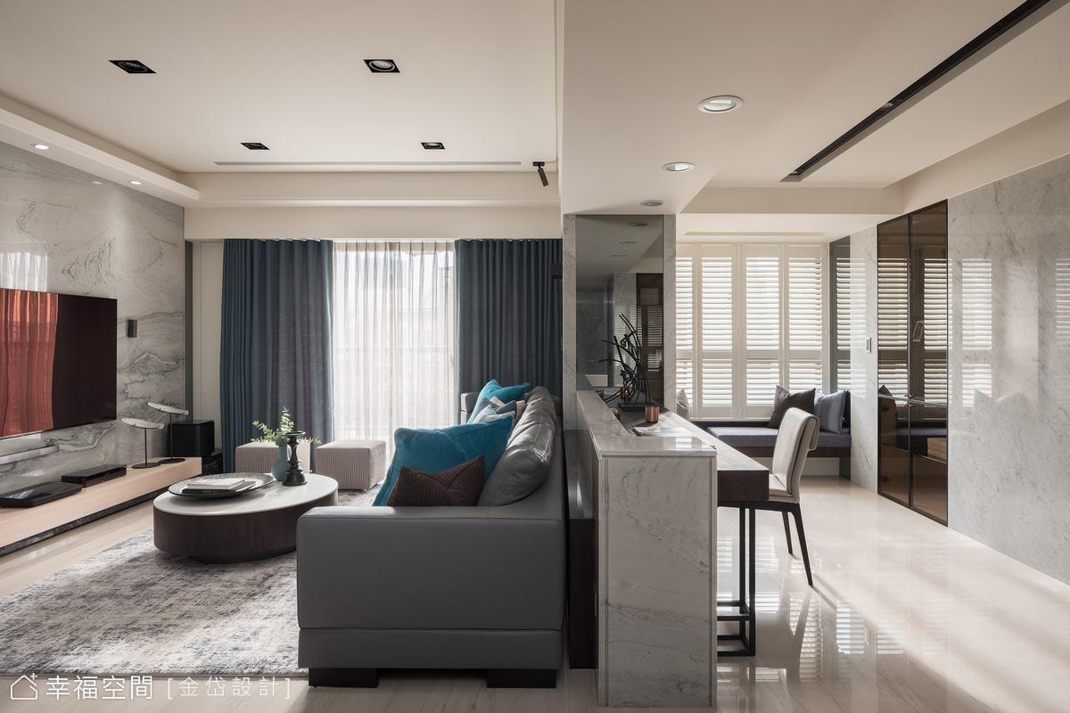 靠窗處設置臥榻,並預留了角落檯面增加使用便利性,讓家人擁有靈活的活動空間。