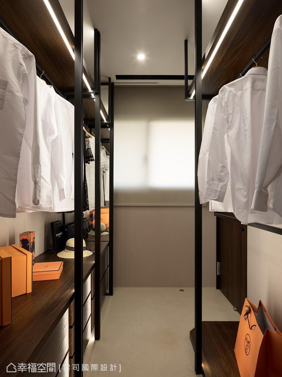 以黑色鐵架線條構築開放衣架搭配深色收納櫃,讓更衣室兼具功能與質感。