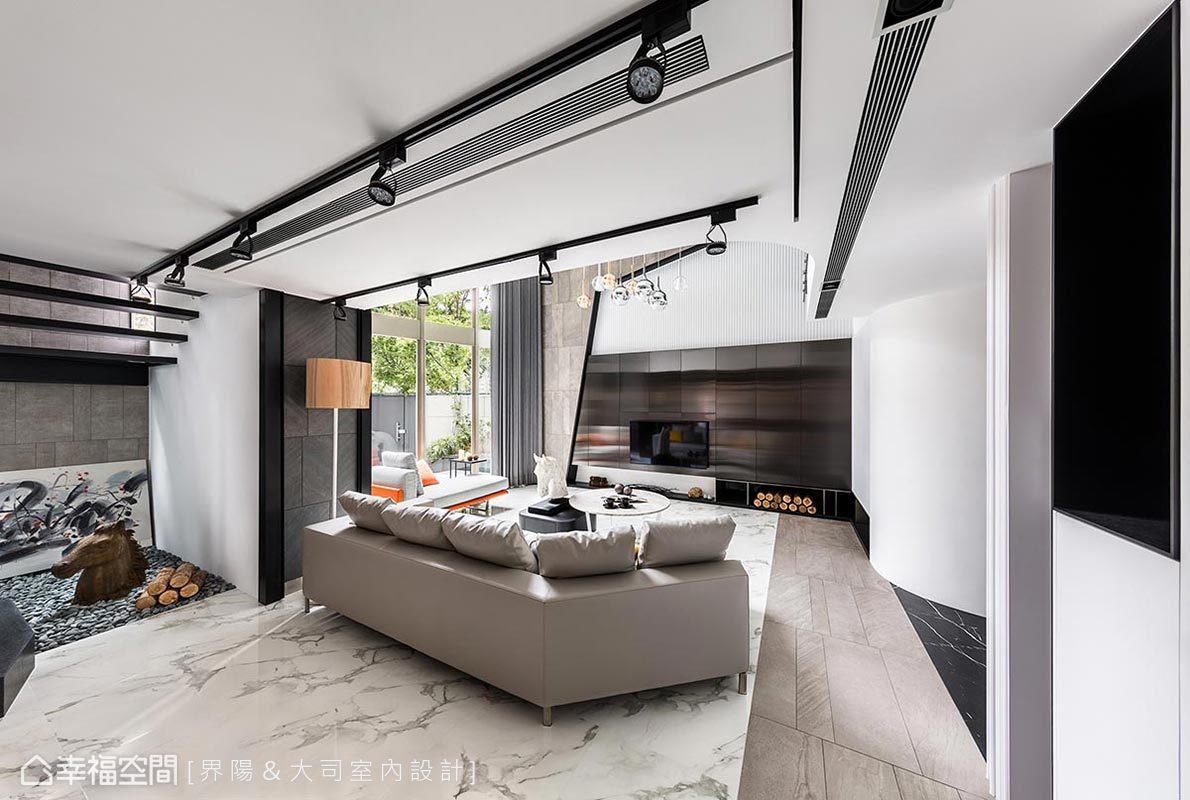 鏤空結構的階梯,引入梯間轉角的窗面採光,如格柵般篩落出光影線條,與木料和石子造景,交織出一派寧靜平和的感受。