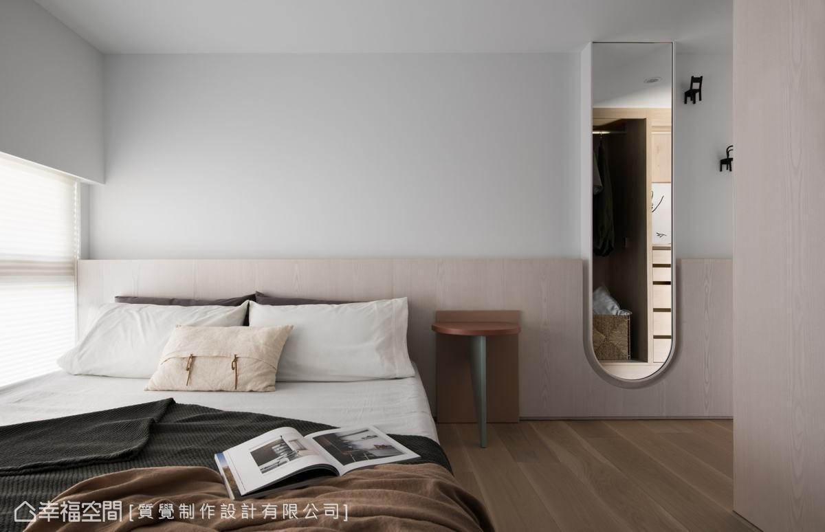 極簡風的主臥以木元素為主旨,清新調性為空間減壓,形塑靜謐的休息、放鬆場域。