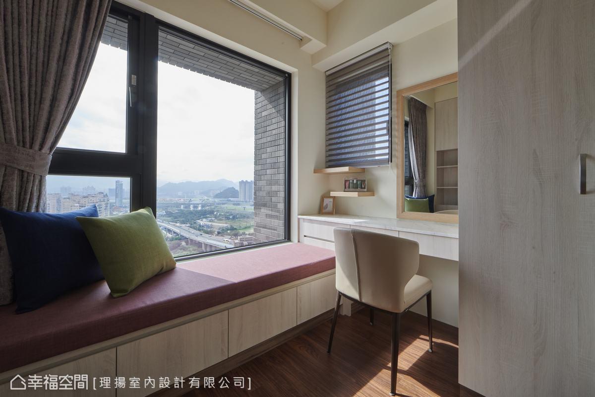 運用無敵景觀的窗臺,打造出下方具收納功能的臥榻休憩區,簡單實現起居、收納與臨時置物的無限可能。