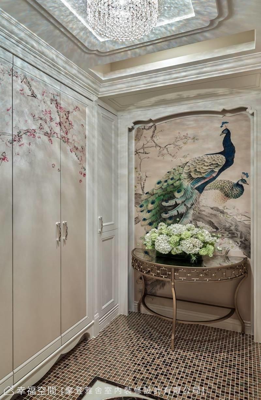 孔雀壁布及鞋櫃門片花卉構築花團錦簇畫面,傳遞幸福祥瑞寓意,地面金色拼磚則帶出尊貴氣韻。