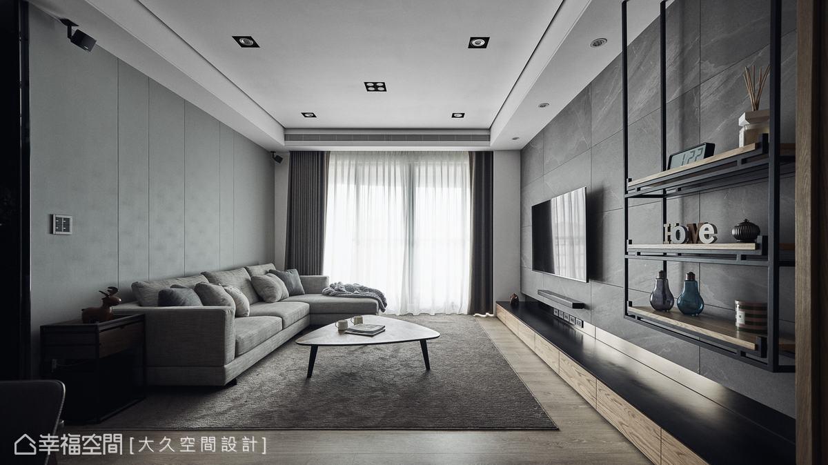 電視牆以進口磁磚搭配個性鐵件,與溫潤皮革質感的沙發相佐,營造冷暖平衡的特殊氛圍。