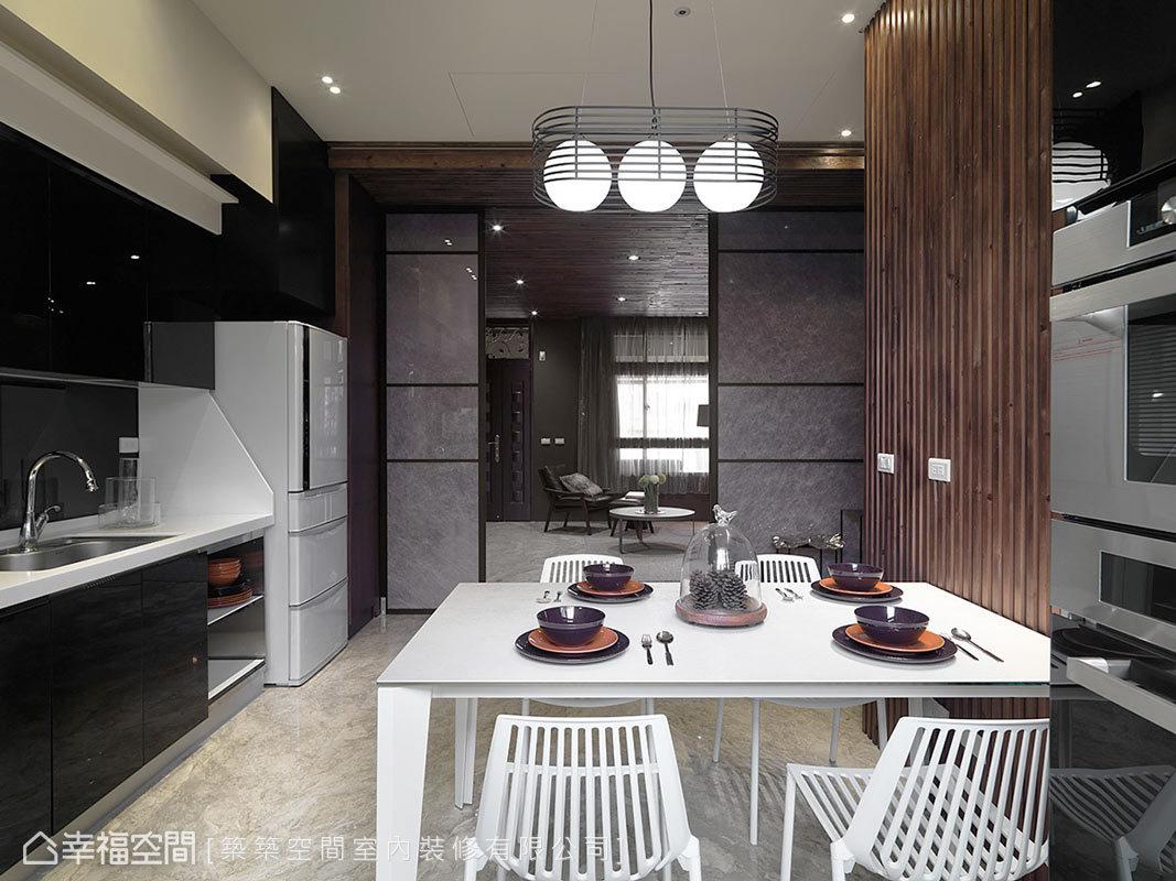 與家人品嚐美食,是整天最幸福的時刻,林和昌設計師完成屋主夢想,連結餐廳與廚房空間,讓使用機能與出餐動線更完善及順暢。
