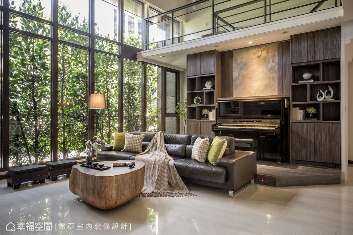 透過空間尺度的規劃,柯富霖設計師於客廳沙發後方設置開放琴房,讓優美的琴韻飄散在場域之中。