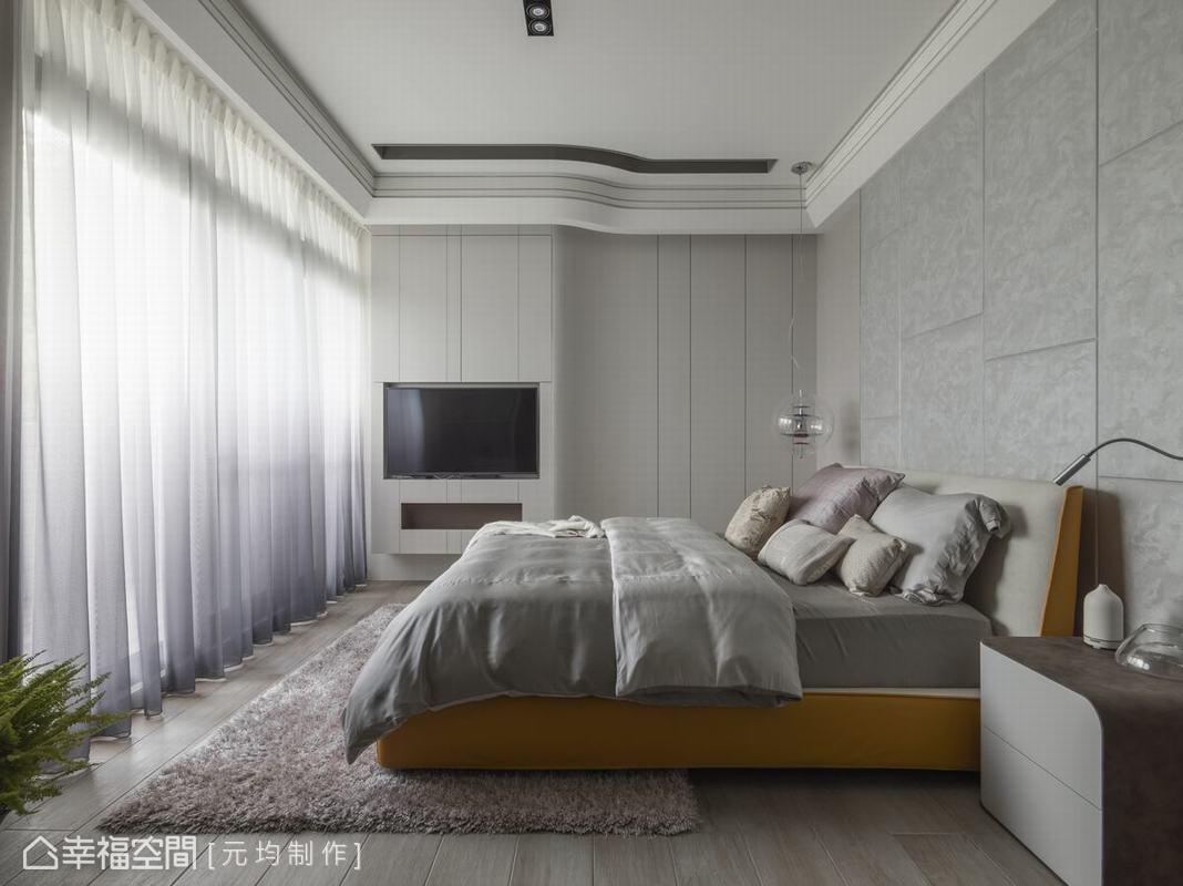 因應父母國外居住習慣,特別打造側邊旋轉懸臂式電視牆,搭配配置崁燈帶的優雅弧形牆面與天花設計,讓蓊鬱綠意成為唯一主角。
