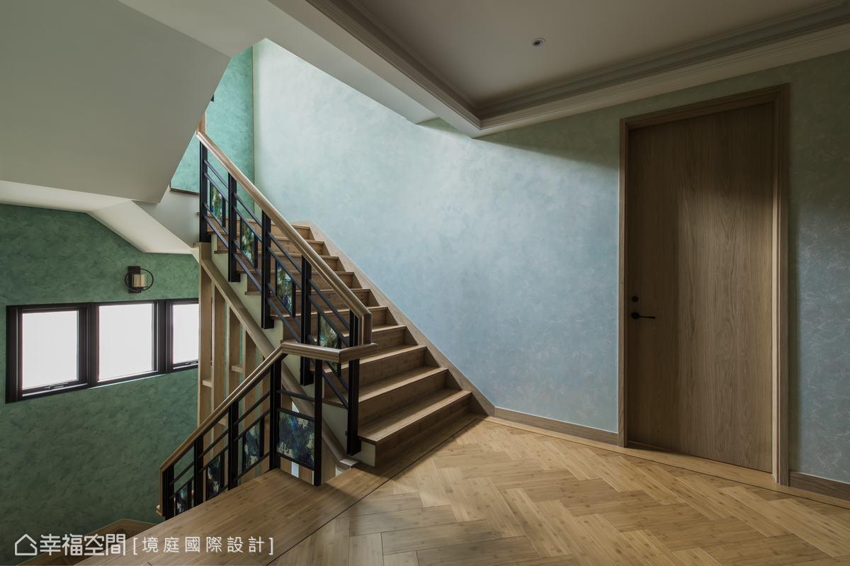 扶手處用木頭結合鐵件及彩繪玻璃,讓梯間有專屬的個性表情。
