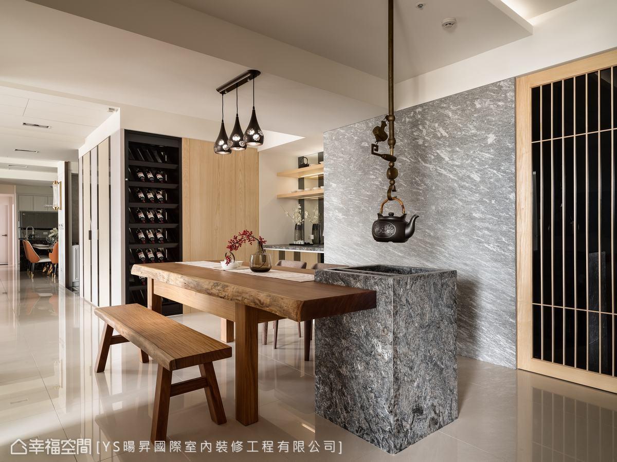 男主人有品酒、茗茶的習慣,設計師在泡茶區配置紅酒櫃和極具日式精神的自在鉤。