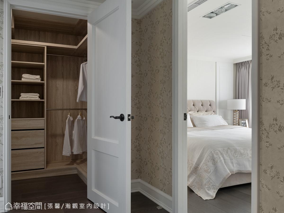 主臥室裡規劃了收納衣櫃、化妝台機能,外面還有一個獨立的更衣室,讓媽媽和女兒兩個人共用。
