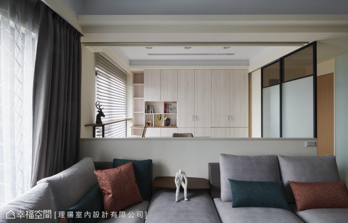 架高的木地板及兼具書櫃與衣櫃功能的收納櫃體,捲簾配置搭配夾紗玻璃拉門,隨時圍塑出具隱私的獨立空間,讓客廳後的書房也能作為客房使用。