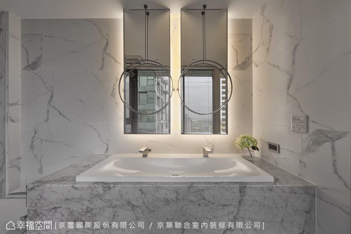 寬闊的盥洗空間可讓兩人同時使用,節省等待時間,生活更有效率。