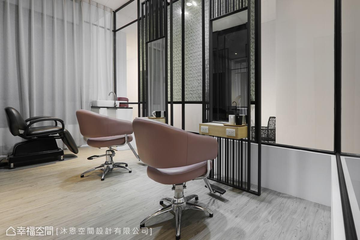 業主保留原店鐵件隔間與美容鏡,設計師將其巧妙融入新址設計、賦予新面貌。