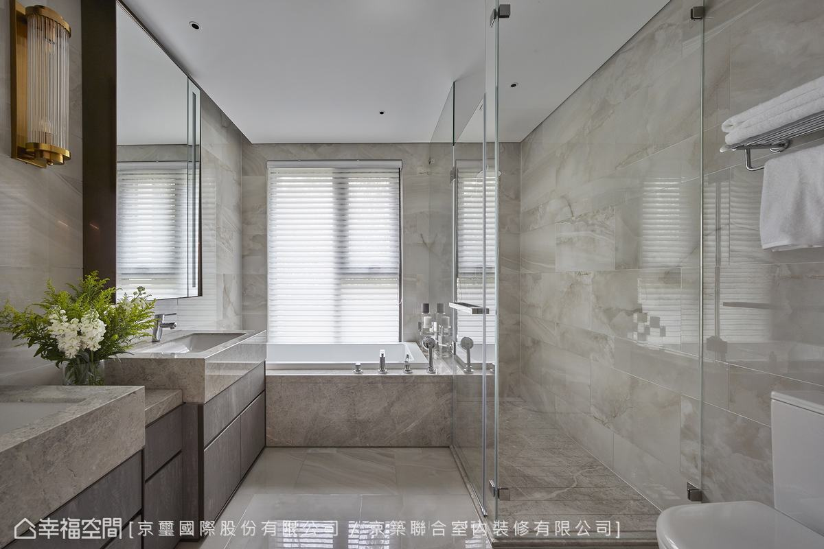 肌理優美的淺灰色石材鋪敘低斂大氣質感,亦發揮放大視覺的效果。