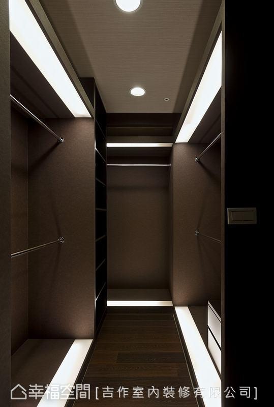 雅致的更衣間採用訂製架搭配系統櫃,牆面上的皮革紋壁紙在光源烘托下更具質感。