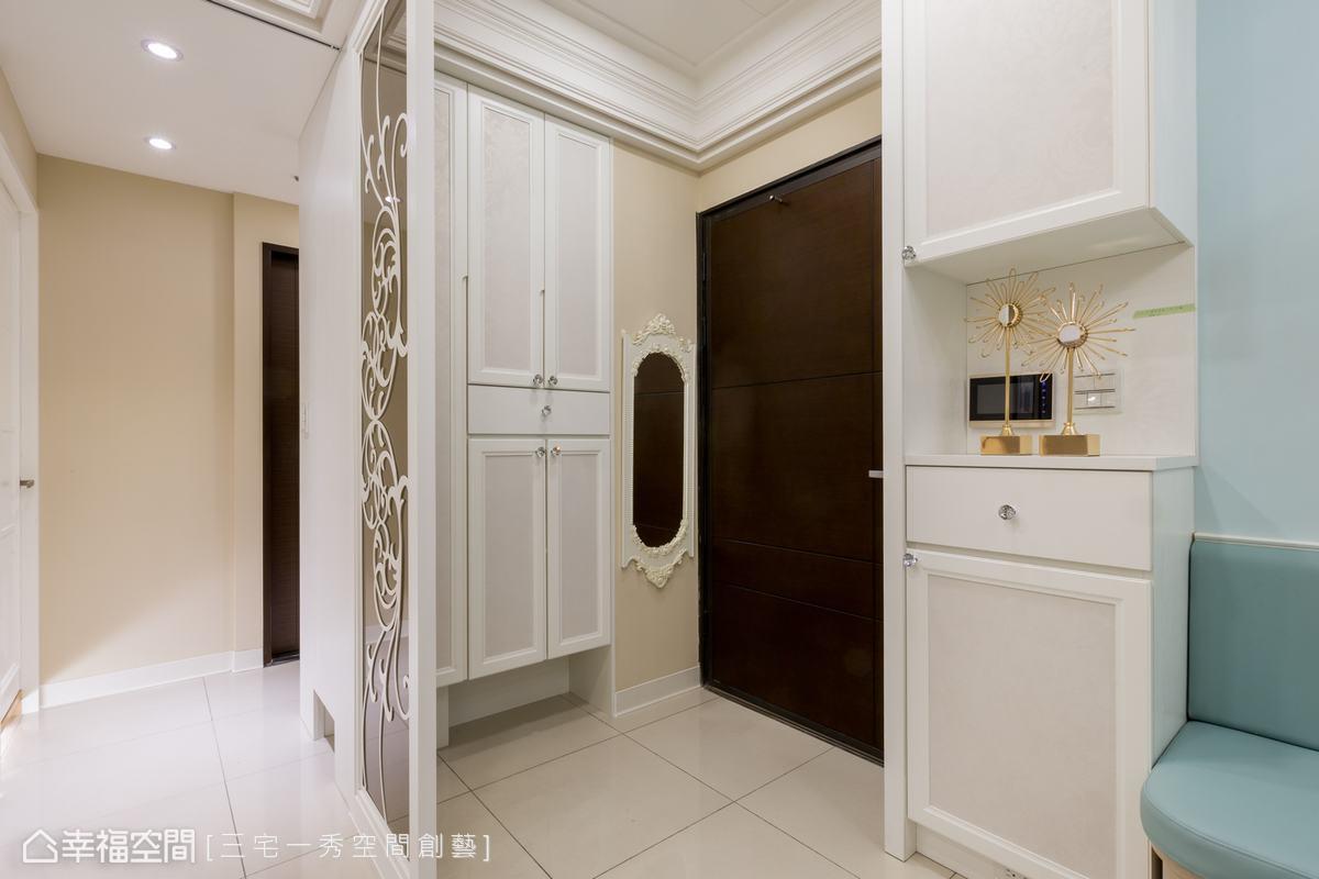 輕淺藕粉與白色邊框織就古典玄關門面,兼具收納與端景機能。