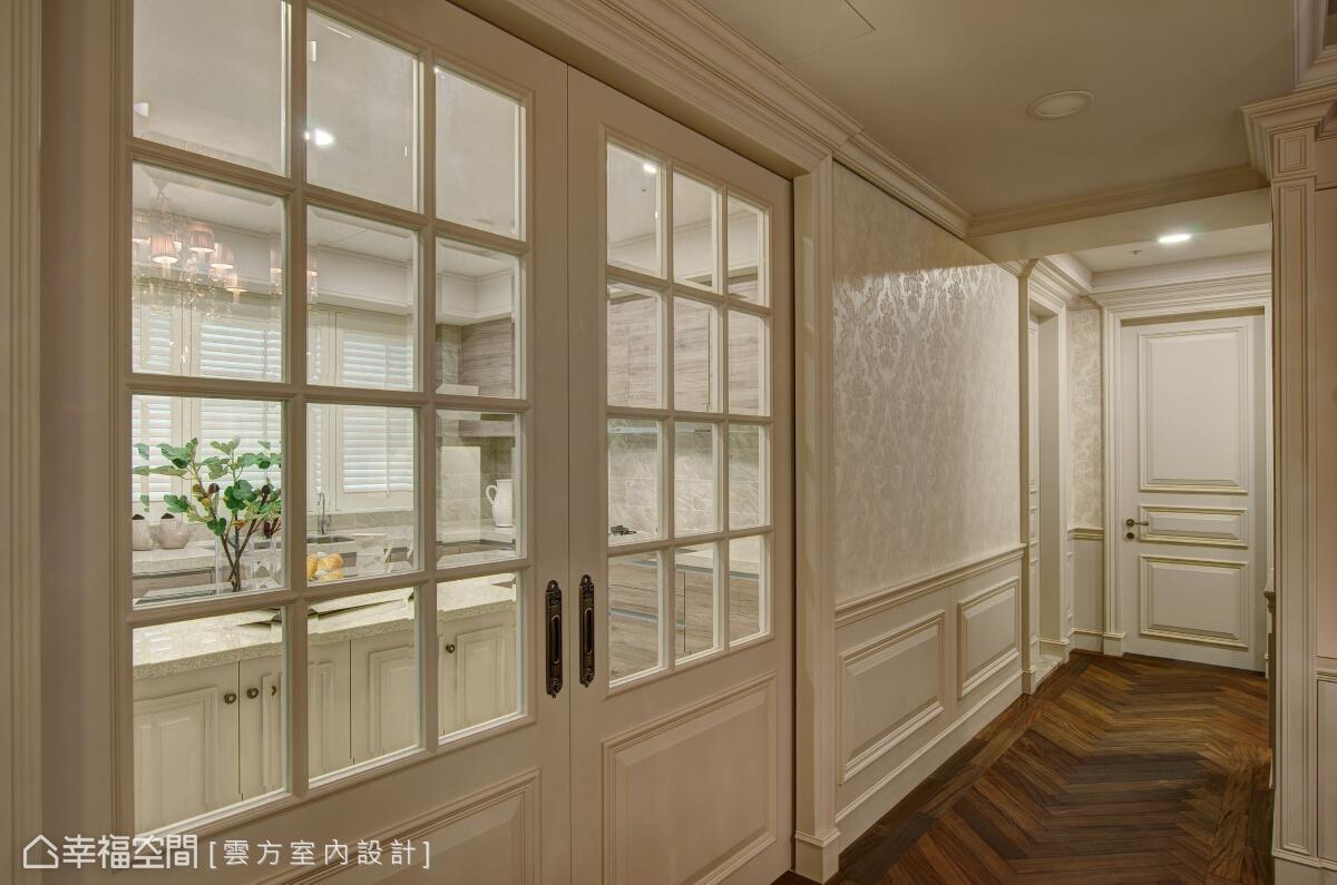 在餐廳與廚房的交接處,以玻璃窗格拉門來劃分場域機能,除了阻隔油煙逸散,也讓視線及光線可以延續於內。