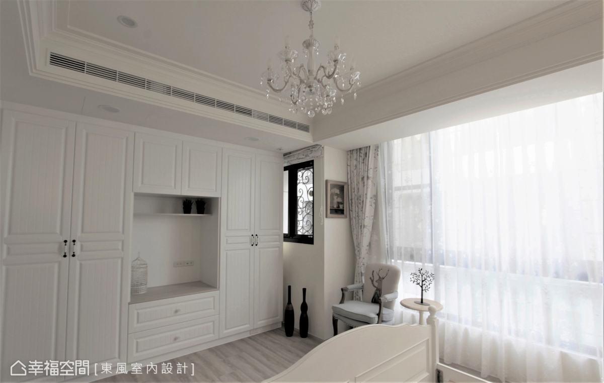 在主臥室依據屋主需求打造完整的收納櫃體,明亮的白色與木地板,搭配簡歛設計線條,勾勒美感與機能兼顧的完美空間。