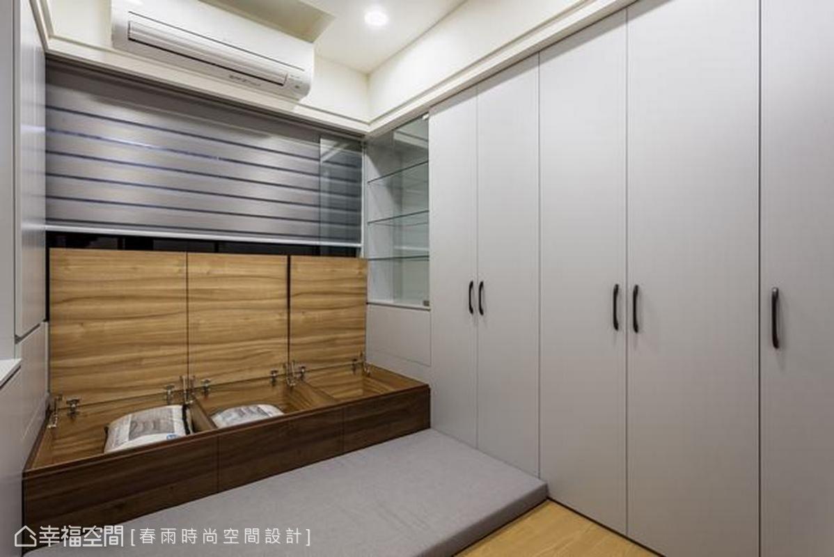春雨時尚空間設計規劃大量的櫃體,櫃門上設計ㄇ字型把手方便拉握,窗邊臥榻可作為客房床鋪,床板下方藏有儲物空間,貼心隔成三個區塊,讓收藏的物品井井有條。