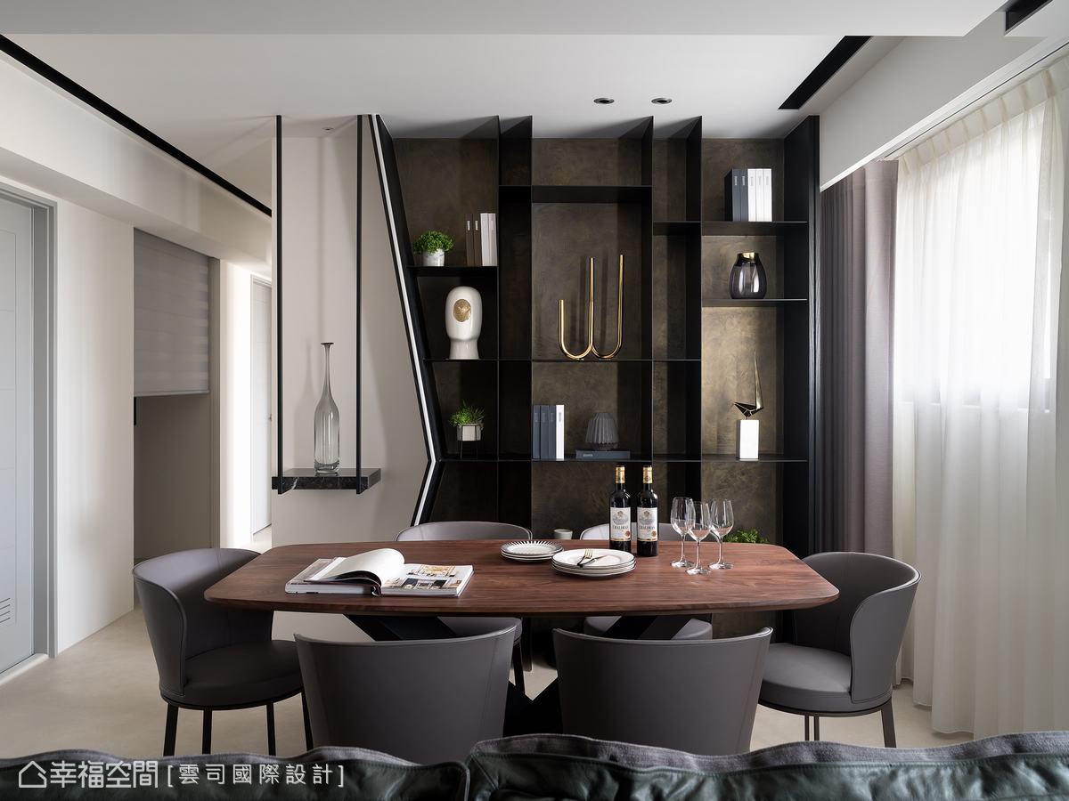 原本4房的格局,將客廳後方的隔間打掉後改設為餐廳,後方的壁架內縮60公分,斜角設計拉伸公領域的寬廣度。