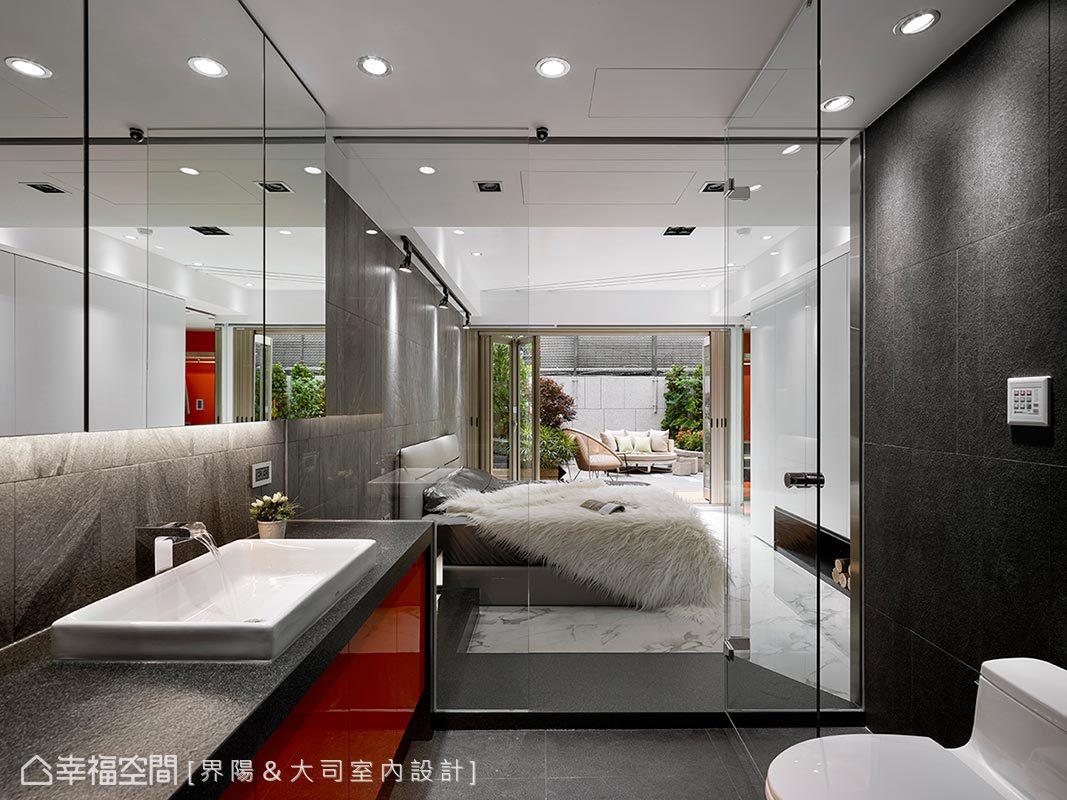 突破傳統印象,浴室石板磚穿過玻璃隔間到臥房區,除了視野延伸無阻,也用石板磚呼應切窗帶進的自然意象;而浴室則裝設有電動窗簾,保有內外隱私。
