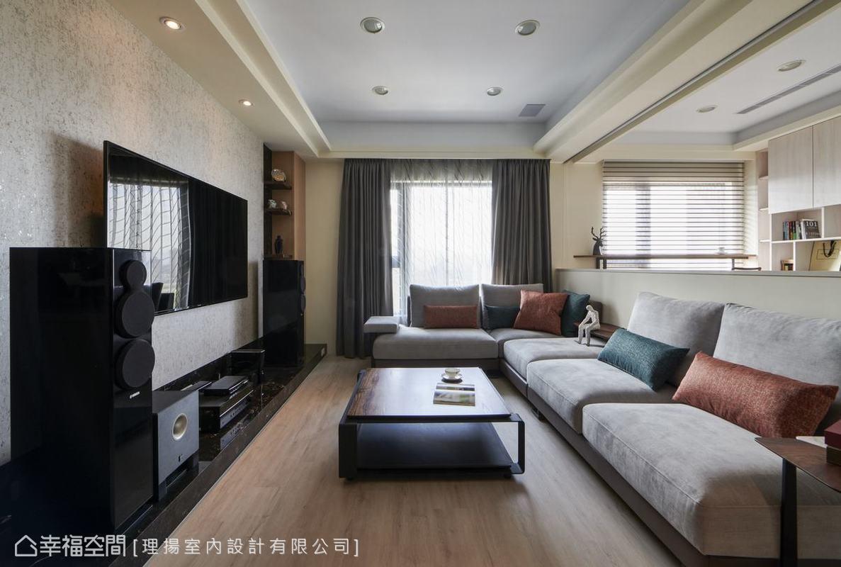 理揚室內設計吳函霖設計師將原有狹窄的客廳與書房串連,不僅將戶外自然光引入其中,更顯公領域的開放遼闊。