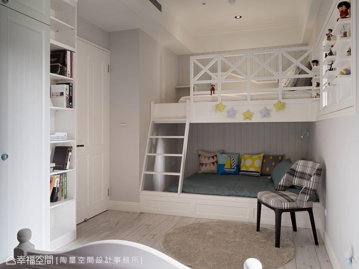 兩個女孩的房間,林欣璇設計師打造了上下舖給姊姊,下舖作為主要睡眠的空間,上舖則是女孩的秘密基地。兩邊壁面規劃展示層架,可擺放公仔及書籍。