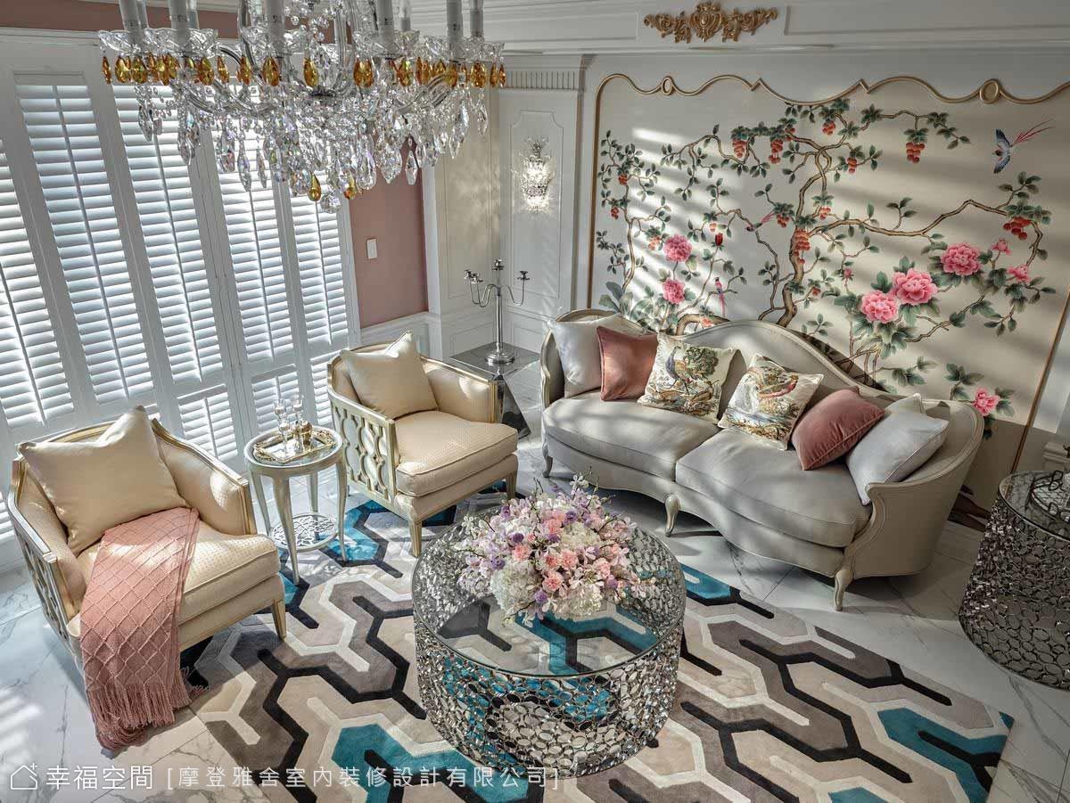 牆面鋪貼牡丹花圖案壁布,並用手工金漆線板描繪古典歐式線條,與金元寶造型沙發相互呼應。
