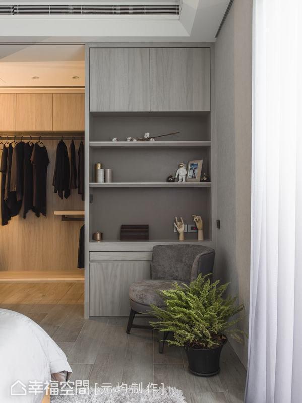 衣櫃設計針對屋主父母身高量身訂製,活動式收納櫃層架寄寓強大收納機能,展示櫃隱藏式書桌設計,預留空間豐富運用彈性。