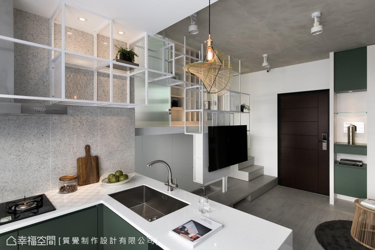 在小坪數的空間中,利用L型廚房作為區隔場域的界限,同時增加的檯面空間可當作簡易吧台使用。