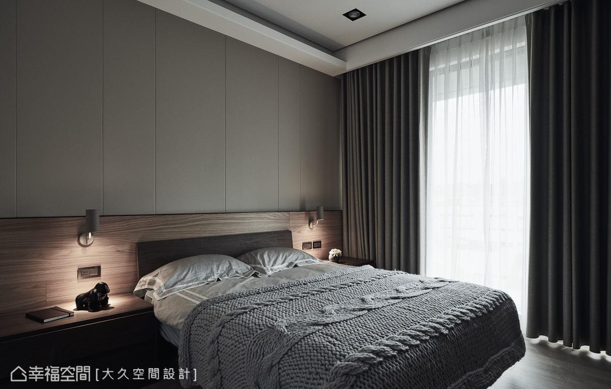床頭背板用異材質與橫豎線條打造層次感,木質感床頭板搭配床頭燈,更烘托出飯店的休閒質感。