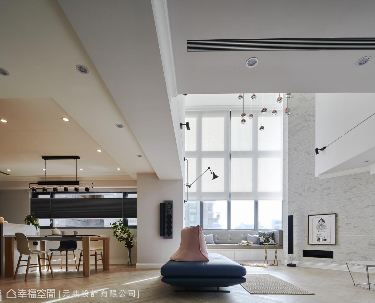 兩層樓的挑高格局,Eddie融合了一點Loft的風格,創造出猶如紐約時尚公寓的氛圍。