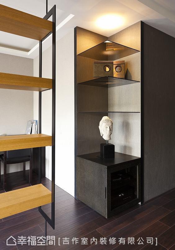 餐廳與客廳的交界處,放置了契合轉角的主機櫃,櫃體門片採用黑玻璃,兼具隱藏家電與色調呼應之用。