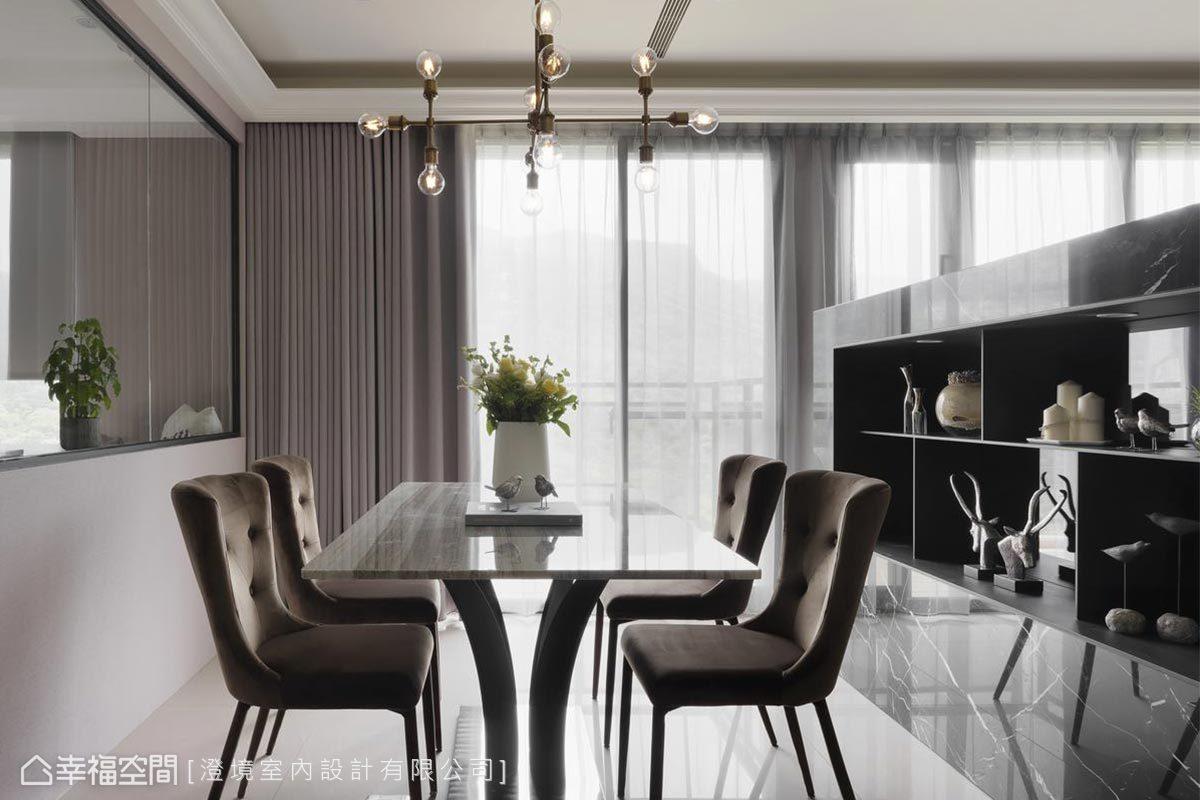 素雅的白色大理石餐桌,點綴了簡單的工業風餐吊燈,就著戶外的綠意,每天用餐都是如此奢華享受。