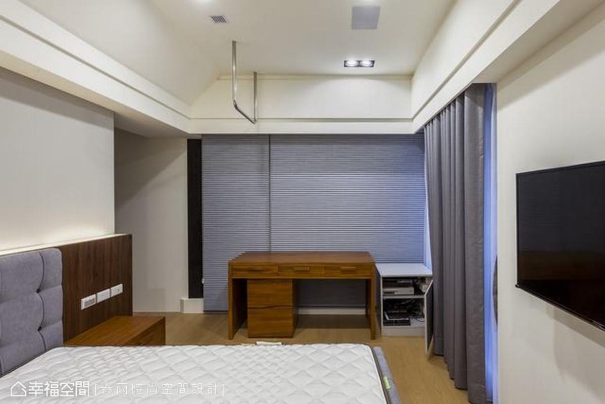 有別於公共空間的深色木皮,男孩房用灰藍色賦予專屬個性感,天花板特製單槓滿足男人的健身需求,床組、窗簾等軟件可隨季節、心情隨意變化風格。
