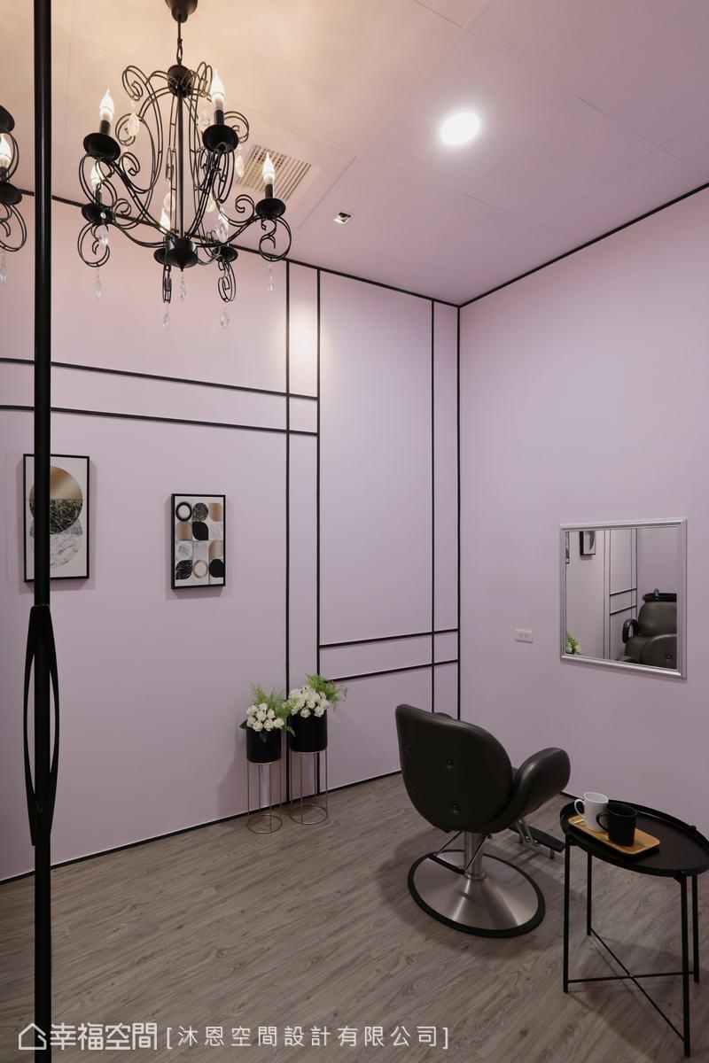全室以輕柔粉紅色為主軸,採以黑色線條框塑出立體輪廓,搭配優美吊燈烘托出法式優雅氛圍。