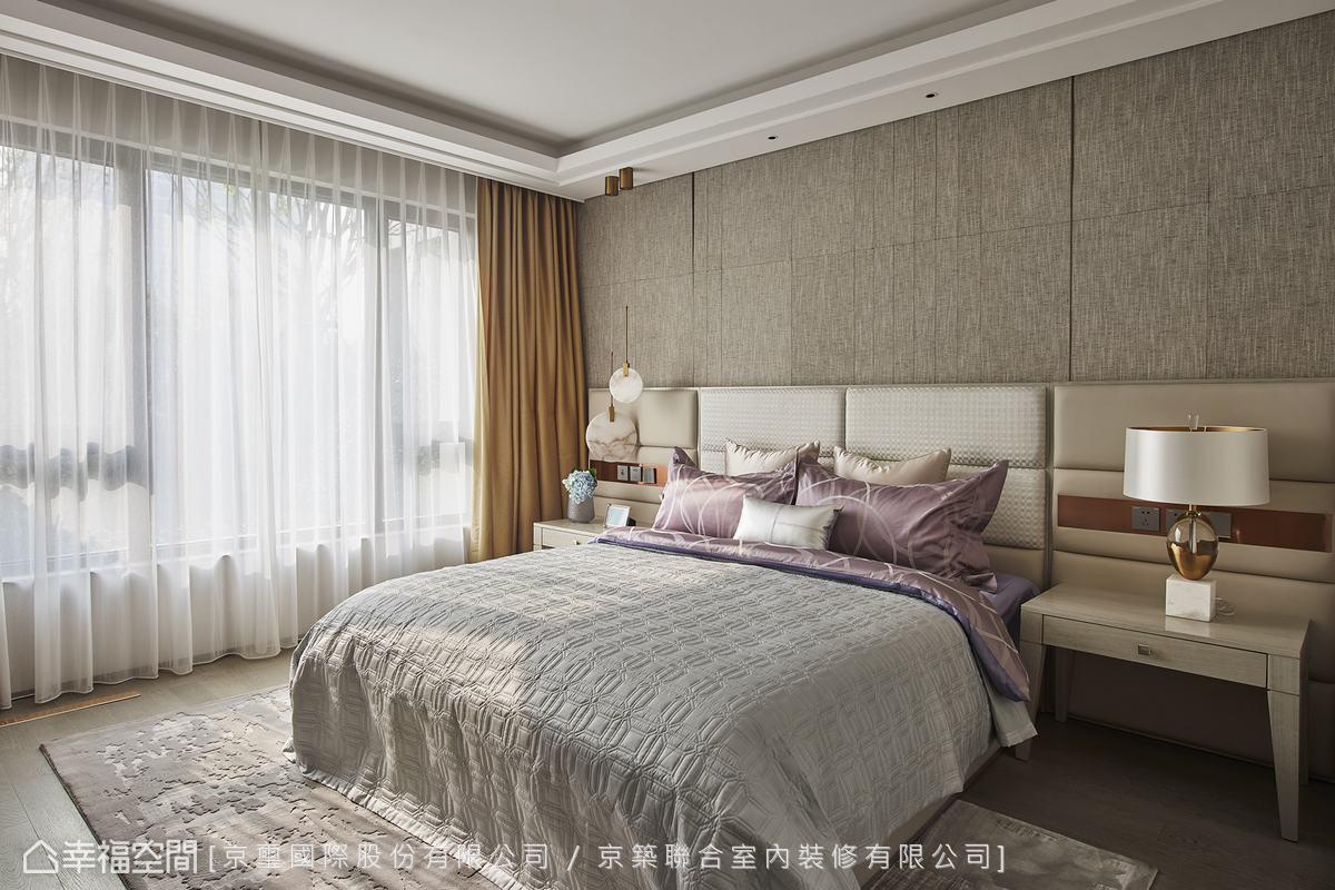 床頭簡潔的線條分割搭配柔美繃布,豐富視覺層次,營造安定舒適的睡眠環境。