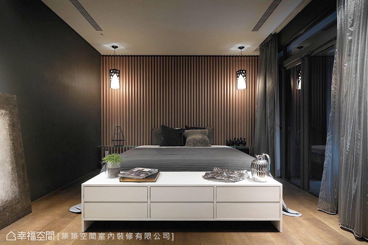 以簡練之設計架構,以及低調沉穩的空間調性,演繹主臥房的整體氛圍。