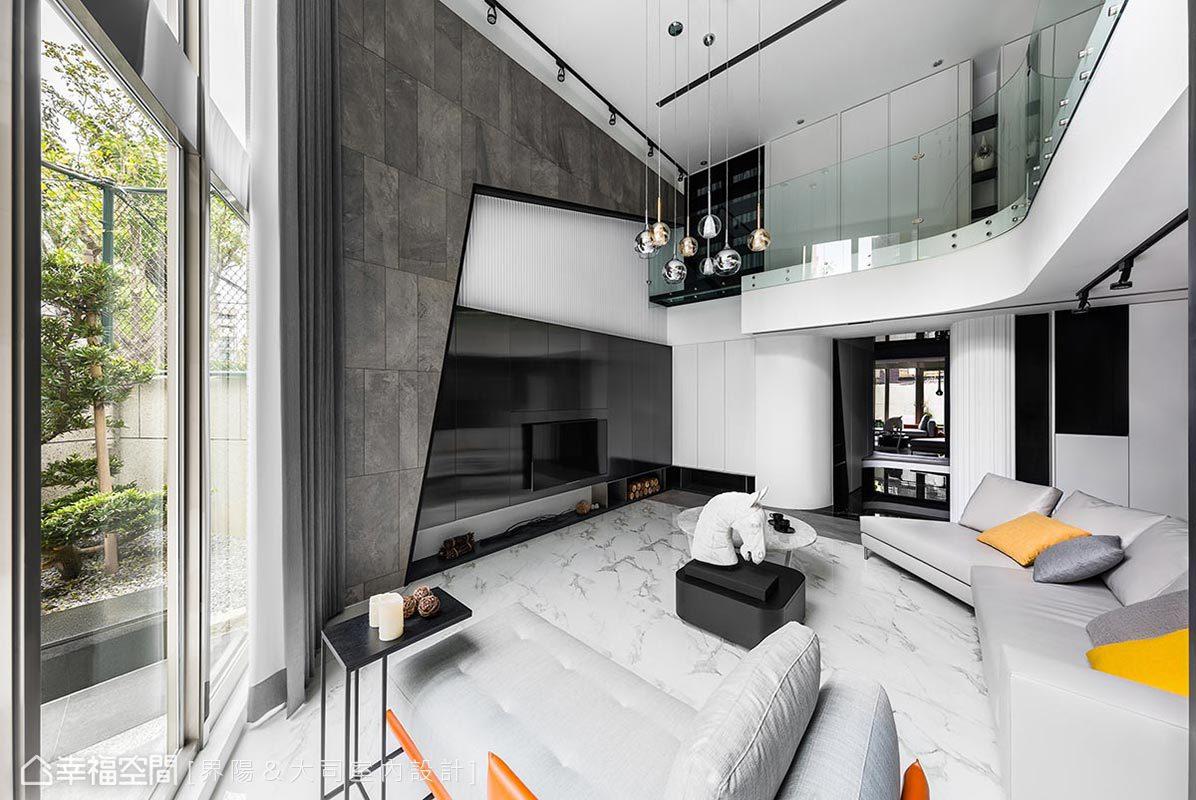 大落地窗把庭院窗色完整帶進室內,而二樓弧形玻璃構成的清透曲線,不僅和玄關的弧角呼應,也呈現國外別墅常見的流線設計感。