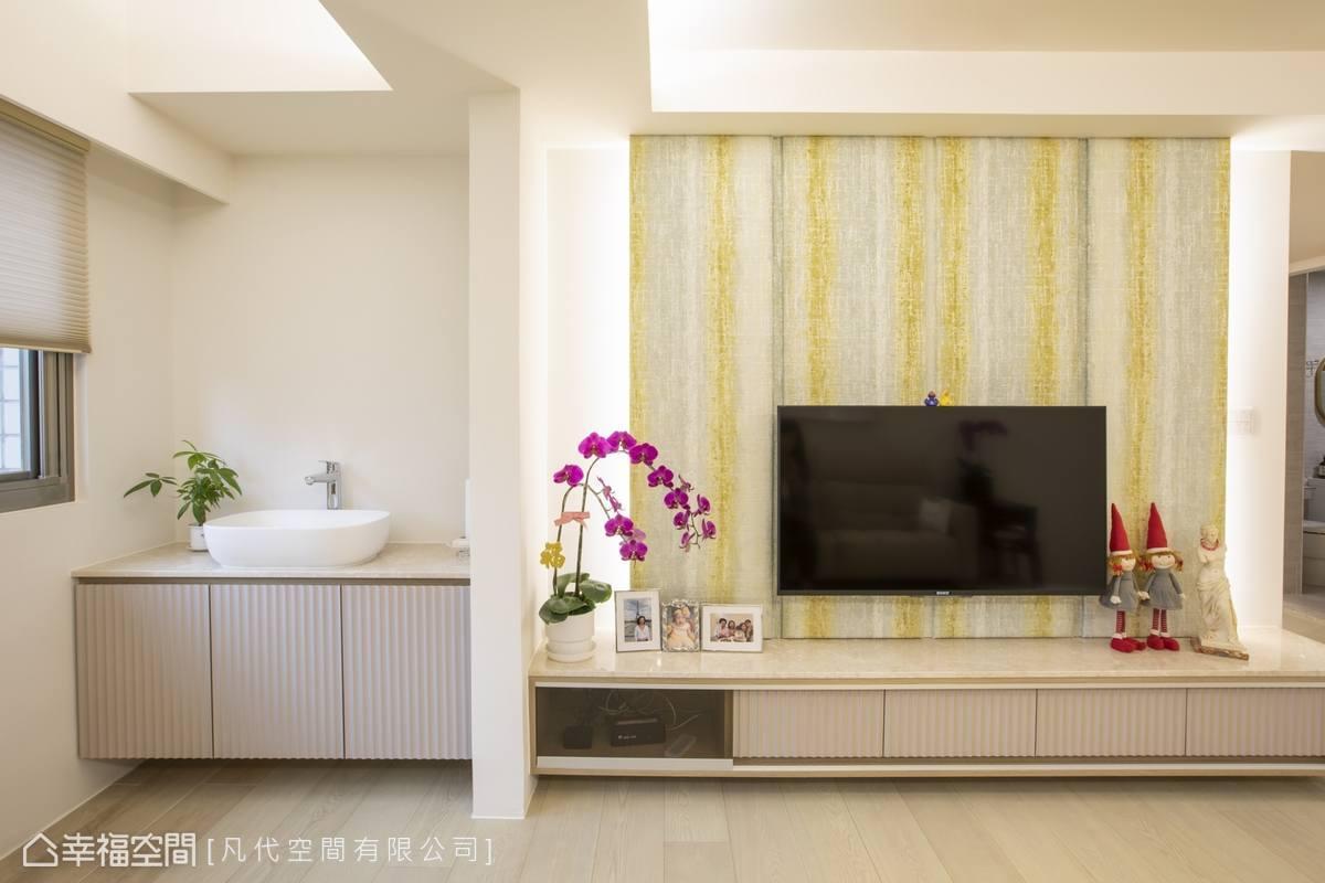 電視牆選用亮眼條紋圖案,砌築視覺層次感,櫃體門片統一使用雅致款式,營造空間整體感。