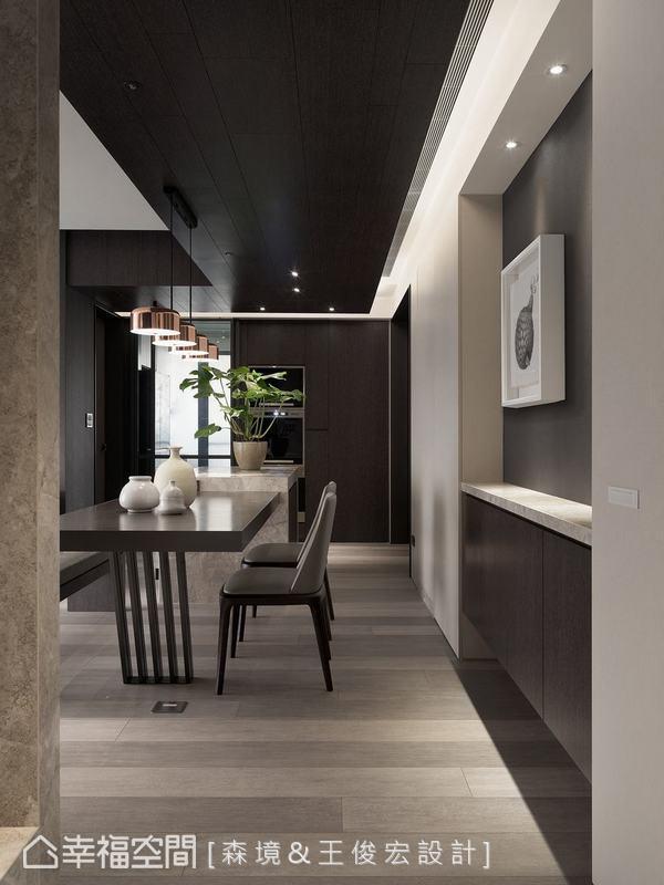 由玄關瞻看餐廳空間,設計師曹士卿將這條水平軸線打開,釋放玄關的尺度以創造深邃之感。