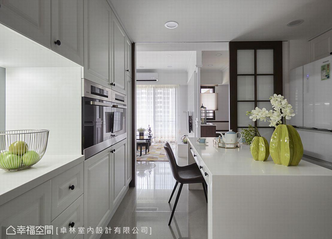 因著簡約線條和櫃體平整規劃,讓廚房區擁有豐富收納卻不顯壓迫感,拉門設計適時阻隔油煙氣味散發。