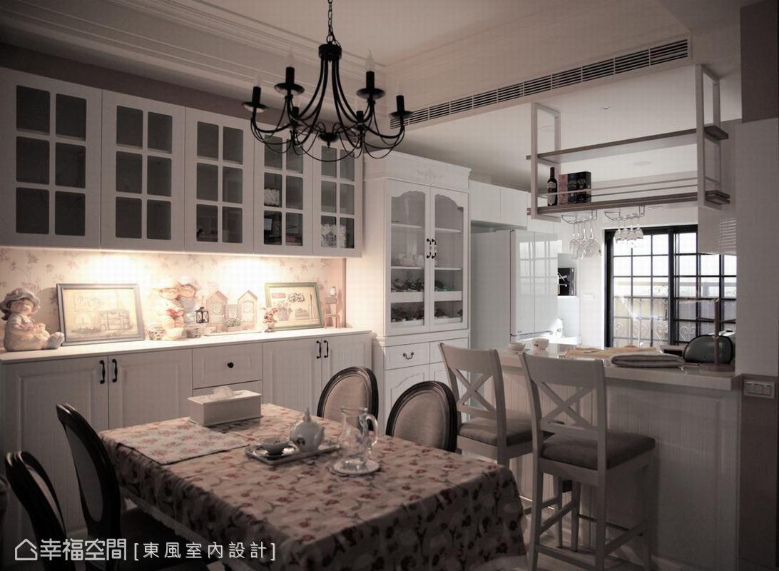 餐廳空間以鄉村風關鍵元素之一「碎花」點綴空間,白色餐廚櫃體中間鏤空的碎花壁紙及碎花桌巾,成為空間目光焦點。