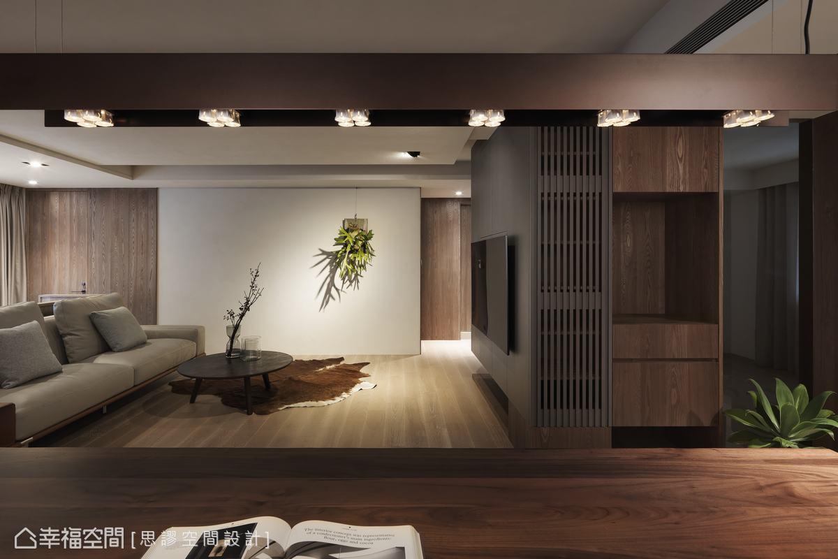 呂秋翰設計師反向操作,以重色調提亮整體明亮感受,並以間接照明、燈帶和軌道燈設計,烘托出空間和暖詩意氛圍。