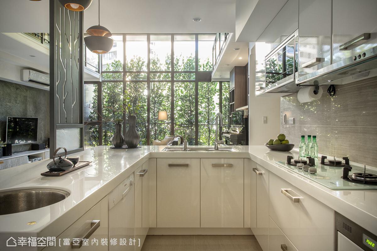 廚房以實用機能性為考量,並規劃ㄇ字動線讓行走更流暢,下方則設置大量的儲物櫃體,滿足使用上的種種需求。