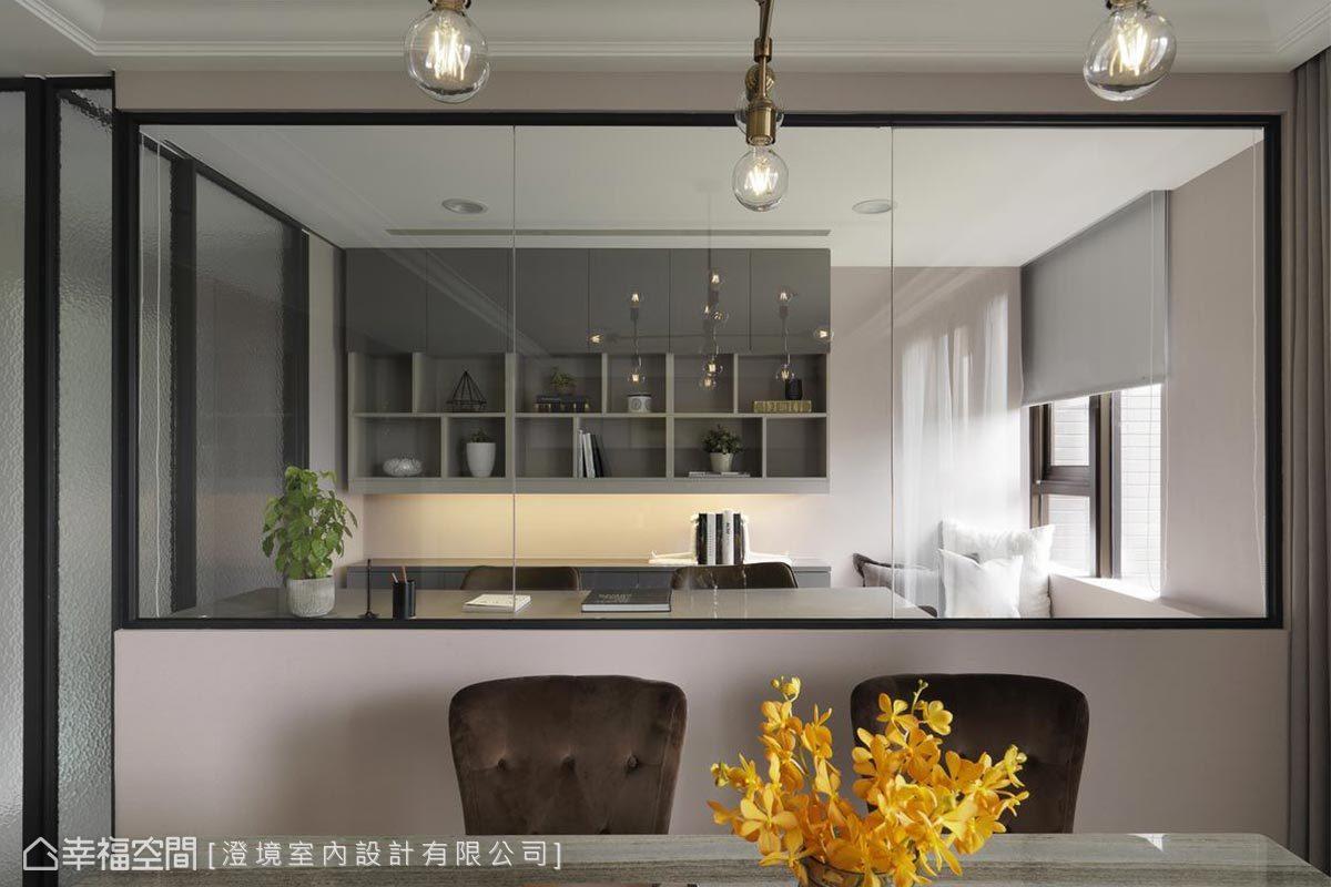 餐廳後方以鐵件及透明玻璃圍塑出的多功能室,一整排的展示層櫃,巧妙成為屋內端景構圖。