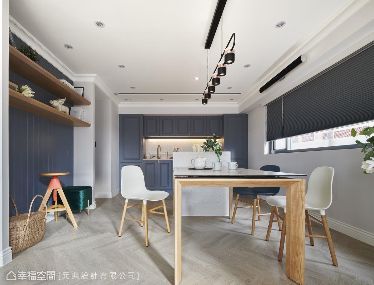 灰藍色櫃體透露英倫氣息,餐廳以親子互動的大輕食區為概念,餐桌和中島連接,可以用餐也可以烘焙,小朋友還能在這裡寫功課、閱讀。